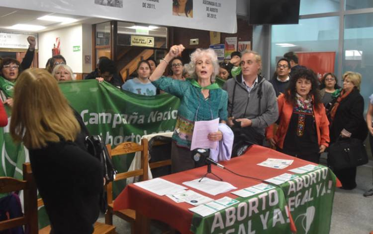 Grupos abortistas intentan censurar charla a favor de la vida
