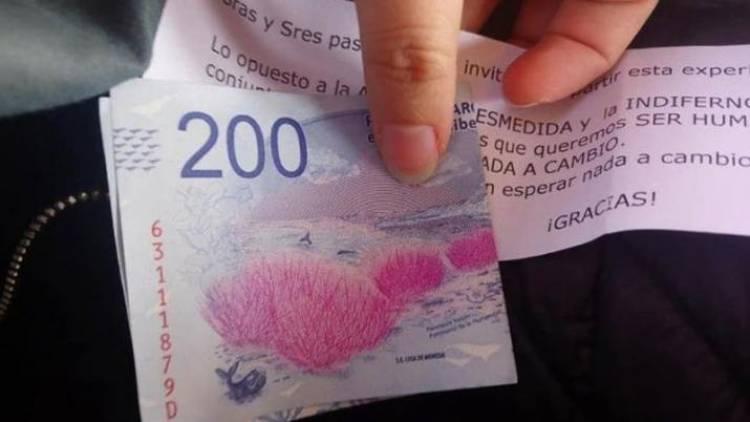 Un abuelo repartió billetes de $200 junto a un mensaje inspirador