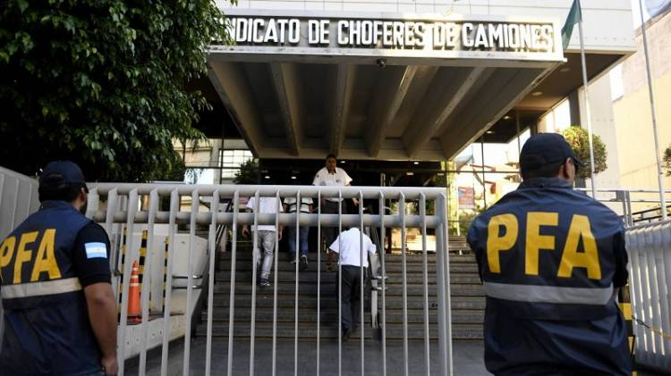 Buenos Aires: Allanan la sede de camioneros por maniobras extorsivas